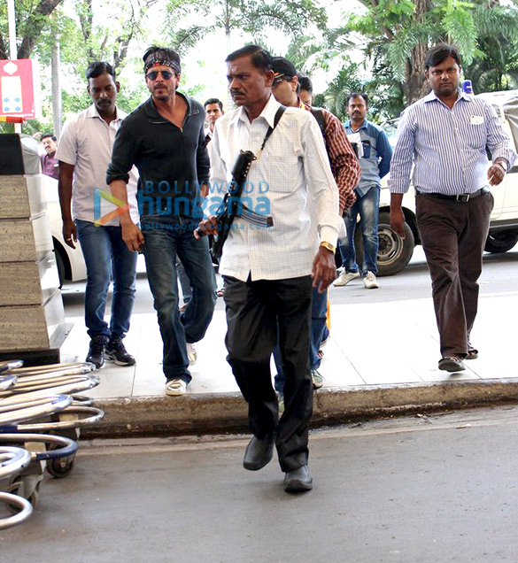 Shah Rukh Khan snapped leaving to shoot 'Dilwale' in Hyderabad
