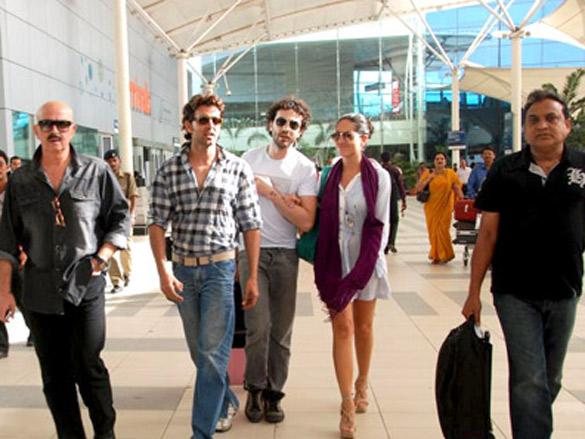 Hrithik, Barbara and Rakesh Roshan arrive after Kites promotion in Kolkata