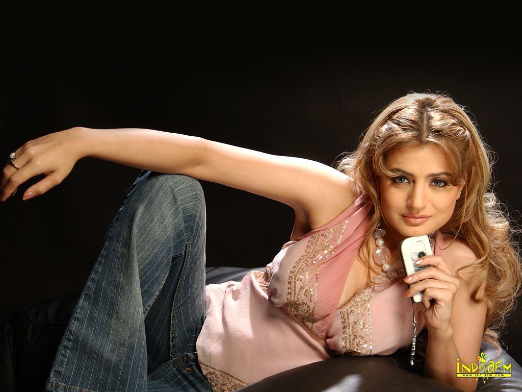 Ameesha Patel Hot Videos amisha patel wallpapers | amisha-patel-4 - bollywood hungama