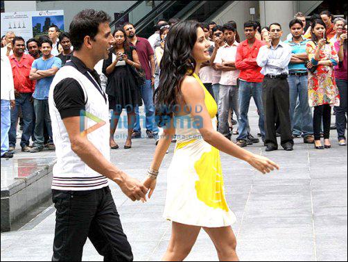 Akshay and Katrina have a blast on the sets of De Dana Dan