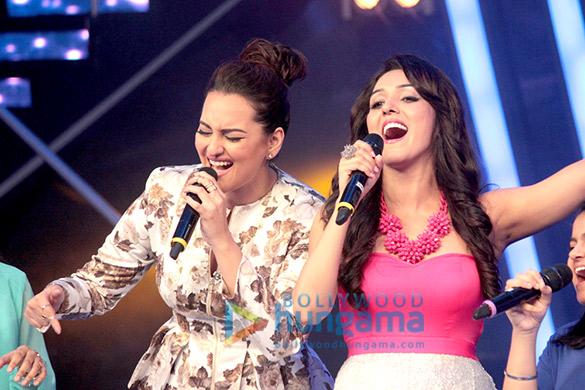 Sonakshi Sinha croons 'Har Kisko Nahi Milta' with Neeti Mohan on Indian Idol Junior