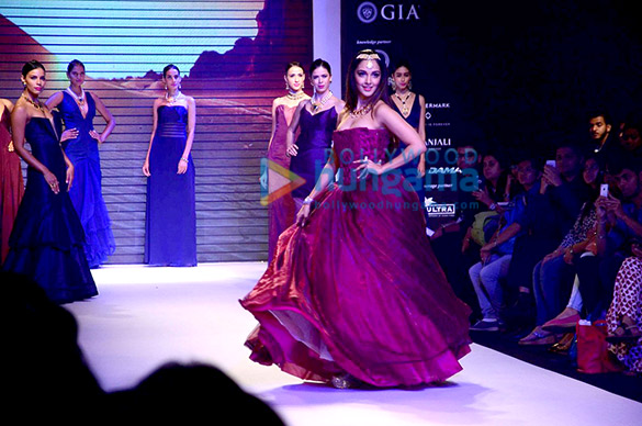 Kiara Advani walks for Aks collection at IIJW 2015