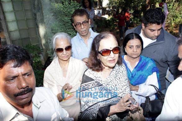 Waheeda Rehman & Asha Parekh visit Sadhna's residence