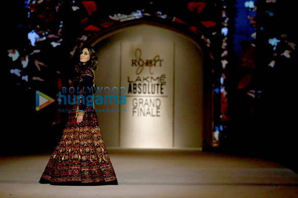 Kareena Kapoor Khan walks the ramp for Rohit Bal at LFW 2016 finale