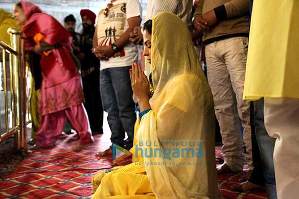 Veena Malik visits Shri Teg Bahadur Gurudwara in Patiala