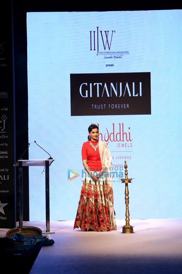 Sonam Kapoor inaugurates IIJW 2013 in Delhi