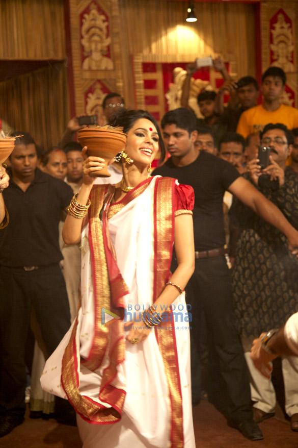 Mallika Sherawat performs puja at a pandal in Kolkata on Dusshera