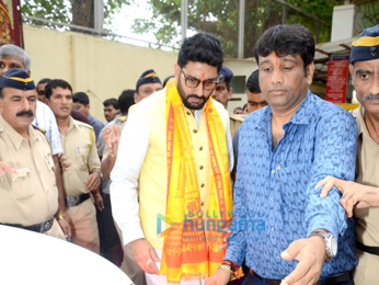 Abhishek Bachchan snapped at the Siddhivinayak Temple with his kabaddi team