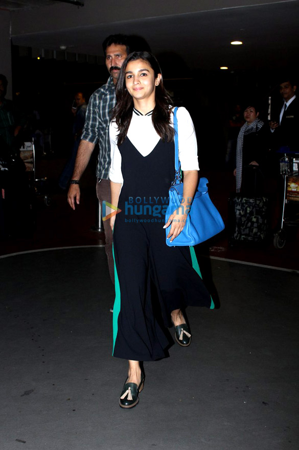 Karisma Kapoor & Alia Bhatt snapped at the airport