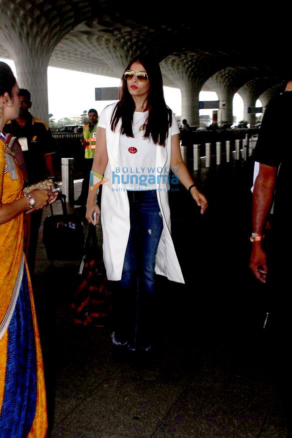Aishwarya Rai Bachchan snapped enroute to Delhi at Mumbai airport