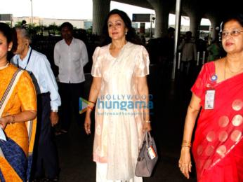Kareena Kapoor Khan, Kriti Sanon & Hema Malini snapped at the airport