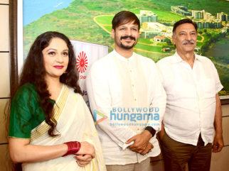 Dharmendra, Gracy Singh, Vivek Oberoi, Poonam Dhillon, Suresh Oberoi & others at Brahma Kumari's sister Shivani's spiritual talk