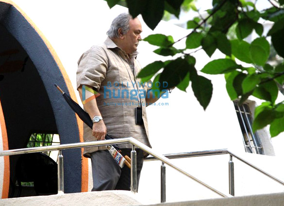 Rishi Kapoor snapped while shooting for his film '102 Not Out' in Mumbai