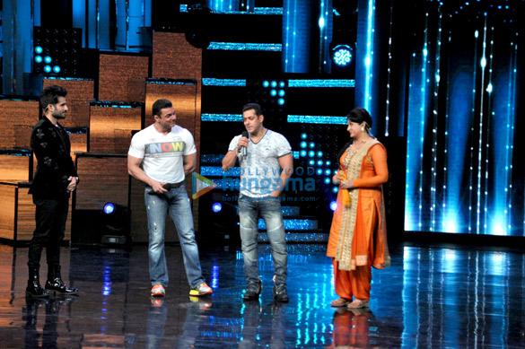 Salman Khan and Sohail Khan promote 'Tubelight' on the sets of Nach Baliye