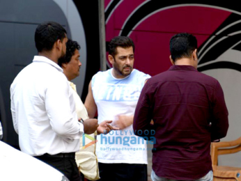 Salman Khan and Shah Rukh Khan snapped on the sets of Aanand. L. Rai's untitled movie