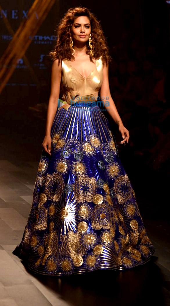 Esha Gupta walk for Amit Aggarwal at Lakme Fashion Week 2017
