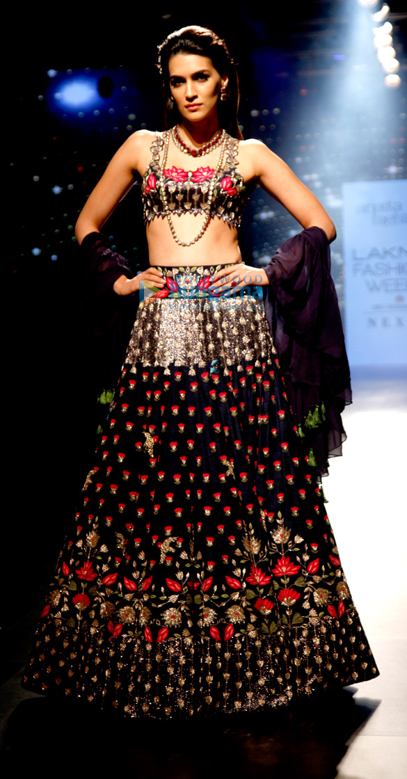Kriti Sanon walks for Arpita Mehta at Lakme Fashion Week 2017