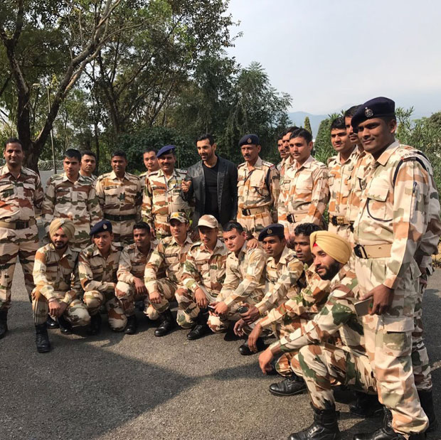 John Abraham happily poses with his 'true heroes'-3
