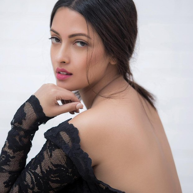 WOW! Riya Sen shows off her hot back in this sizzling picture