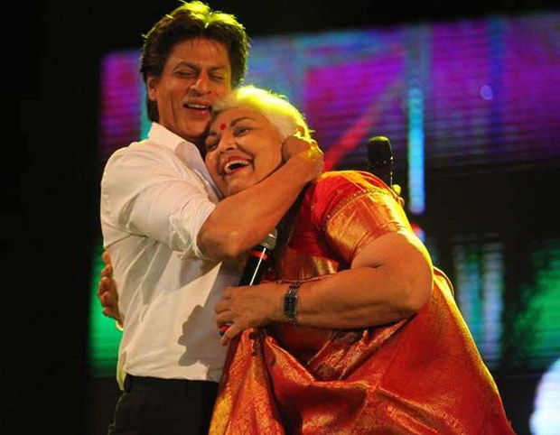Check out Shah Rukh Khan turns up his charm and dances with female fans in Ahmedabad