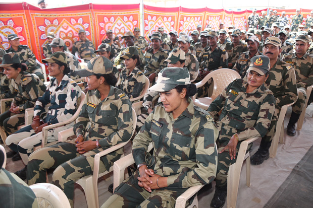 Check out Sulu aka Vidya Balan enthralls soldiers on India- Pakistan border (2)