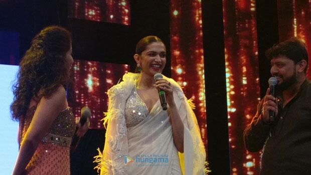 Deepika-Padukone-gets-felicitated-at-AAwards-in-Sharjah