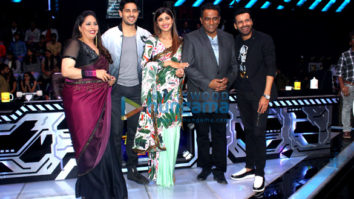 Sidharth Malhotra & Manoj Bajpayee promote 'Aiyaary' on Super Dancer 2