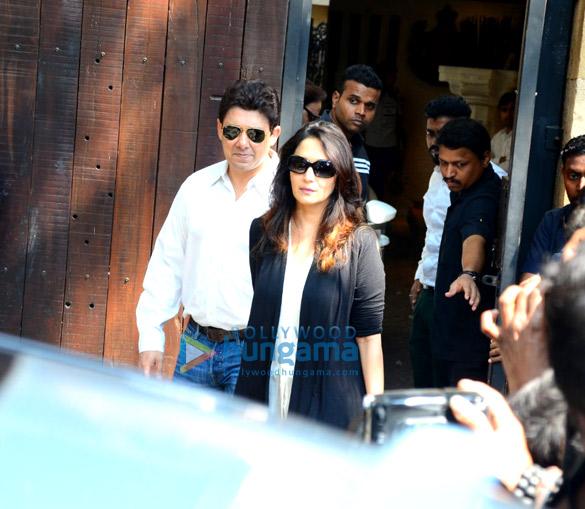 Farhan Akhtar and his mother, Saroj Khan, Ritesh Sidhwani and Farah Khan snapped at Anil Kapoor's house-10