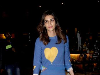 Kriti Saonon and Suniel Shetty snapped at the airport last night