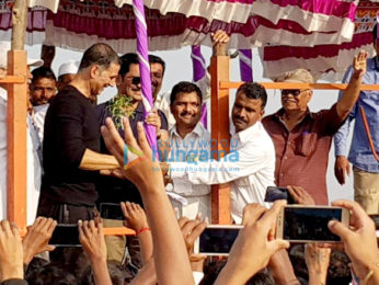 Akshay Kumar snapped participating in the water harvesting drive in Satara