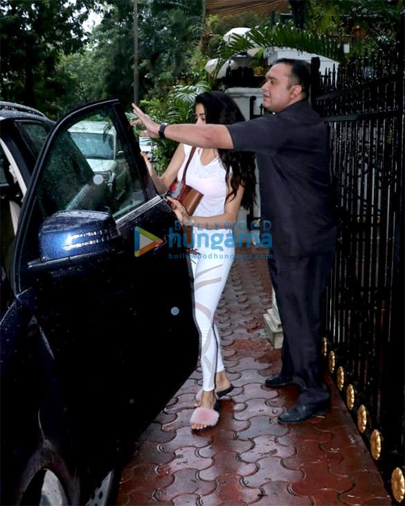 Janhvi Kapoor spotted at Arjun Kapoor's house (1)