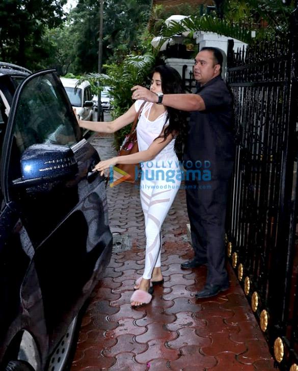 Janhvi Kapoor spotted at Arjun Kapoor's house (4)