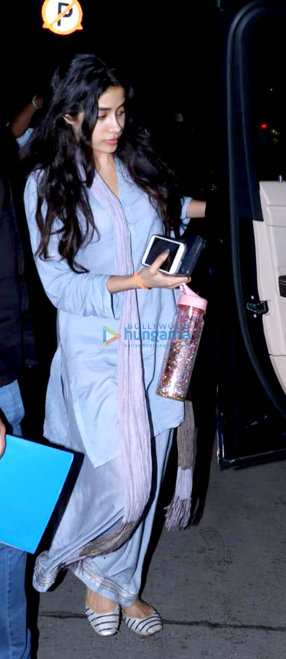 Janhvi Kapoor spotted at clinic in Juhu (2)