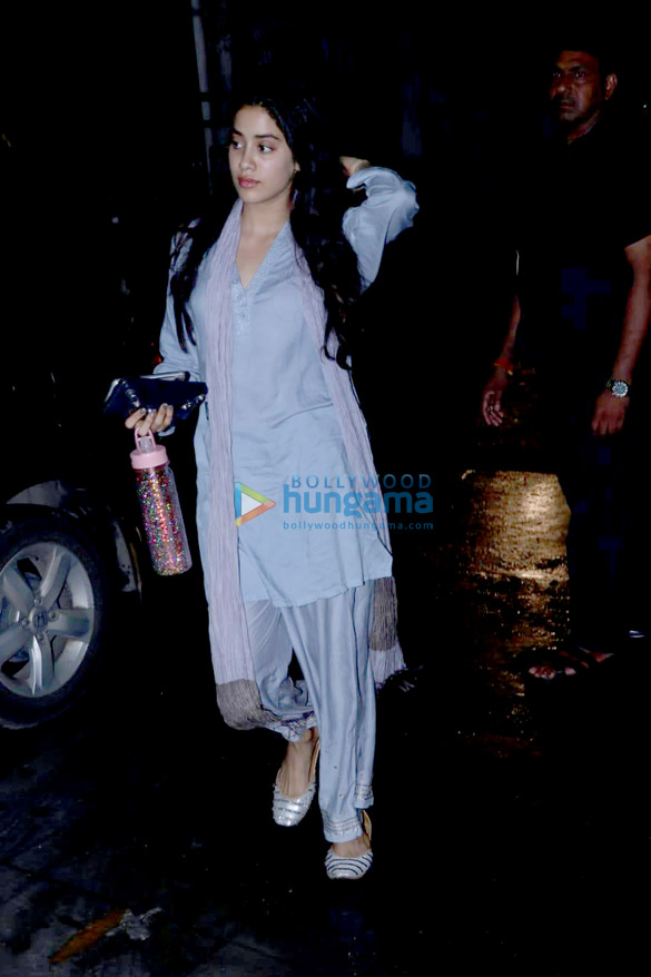 Janhvi Kapoor spotted at clinic in Juhu (6)