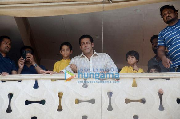 Salman Khan, Arbaaz Khan and family greet fans on Eid outside his residence