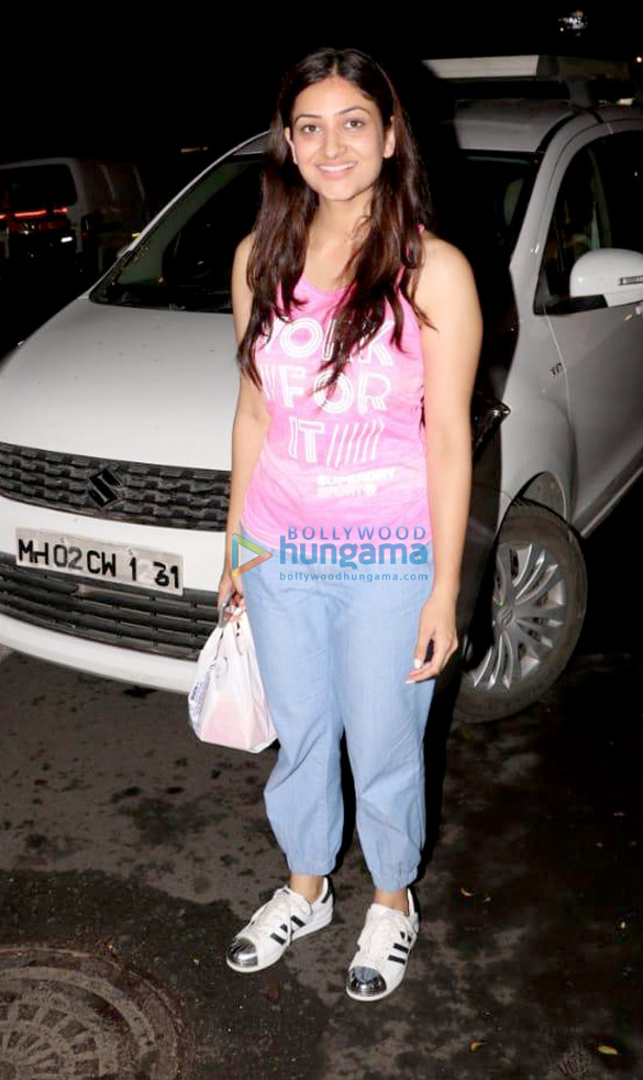 Yami Gautam spotted with her sister at a store in Juhu (2)