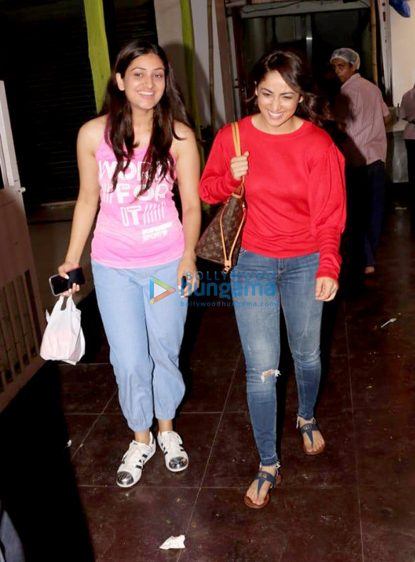 Yami Gautam spotted with her sister at a store in Juhu (3)