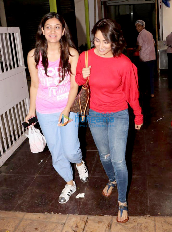 Yami Gautam spotted with her sister at a store in Juhu (4)