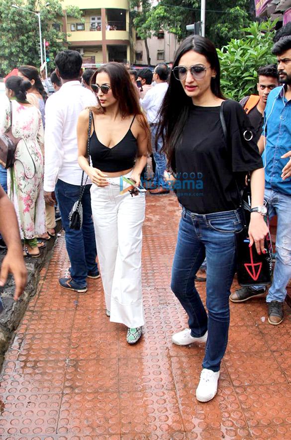 Malaika Arora, Karisma Kapoor and Anu Dewan spotted at Bastian in Bandra (5)
