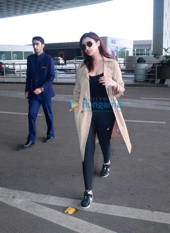 Daisy Shah and Parineeti Chopra snapped at the airport (4)