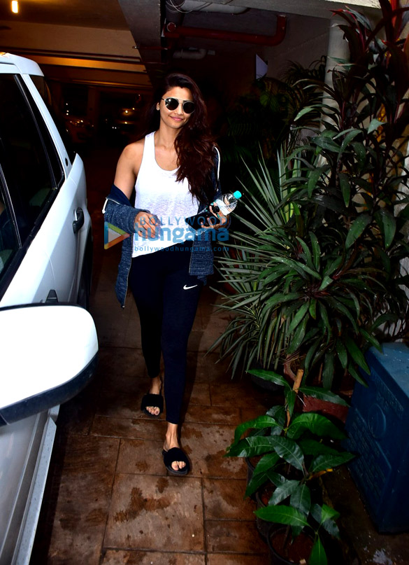 Daisy Shah snapped after gym in Bandra (1)