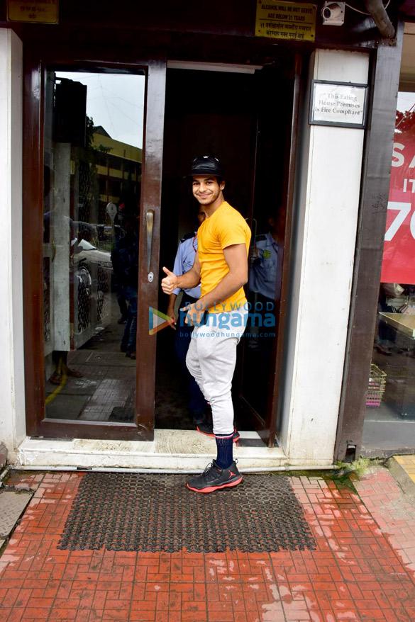 Ishaan Khatter, Khushi Kapoor and Janhvi Kapoor snapped at Bastian in Bandra (1)