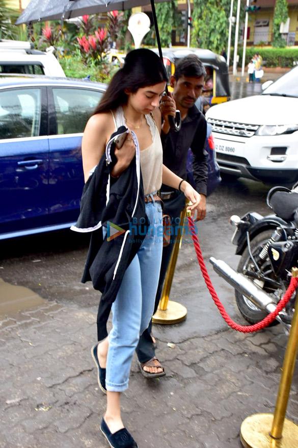 Ishaan Khatter, Khushi Kapoor and Janhvi Kapoor snapped at Bastian in Bandra (2)