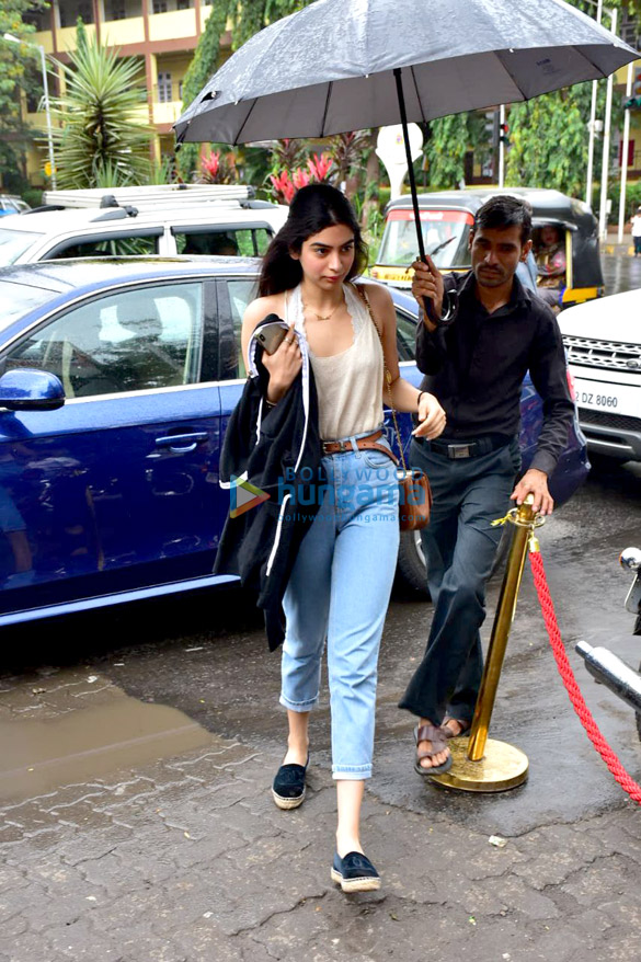 Ishaan Khatter, Khushi Kapoor and Janhvi Kapoor snapped at Bastian in Bandra (5)