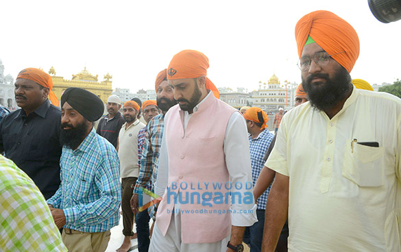 Manmarziyaan star Abhishek Bachchan seeks blessing at the Golden Temple (2)
