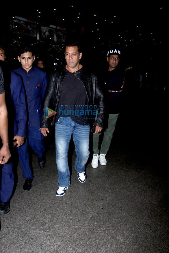 Salman Khan, Anushka Sharma, Varun Dhawan, Shraddha Kapoor and others snapped at the airport last night (1)