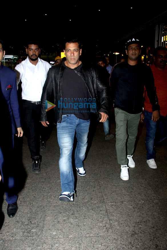 Salman Khan, Anushka Sharma, Varun Dhawan, Shraddha Kapoor and others snapped at the airport last night (3)