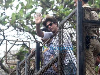 Shah Rukh Khan snapped outside Mannat wishing fans for Eid