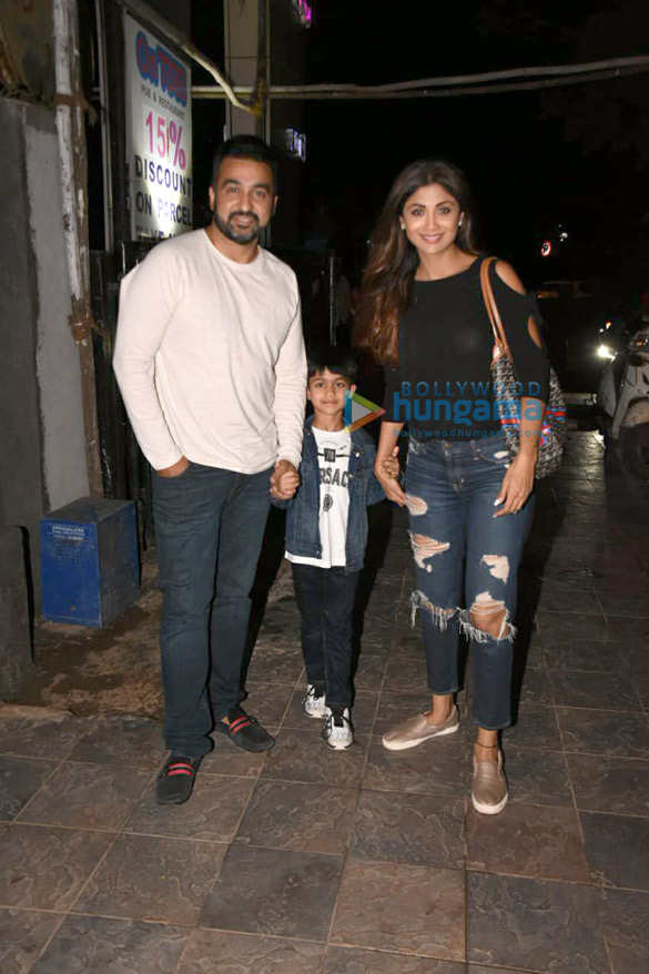 Shilpa Shetty snapped with her family in Juhu (4)