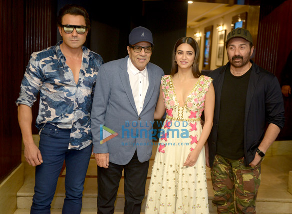 Sunny Deol and the rest of the cast of Yamla Pagla Deewana Phir Se promote their film in Delhi (6)